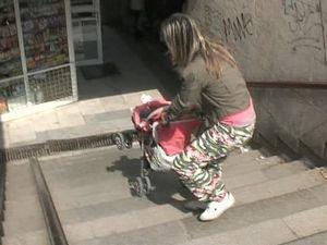 Майките с колички трудно преминават през подлезите