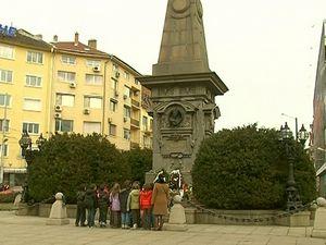 Паметникът на Левски не е почистен