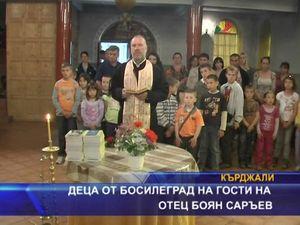 Деца от Босилеград на гости на отец Боян Саръев