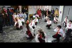 Учители карат деца да танцуват кючек