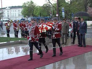 Британският принц Едуард поднесе венци на паметника на Незнайния войн