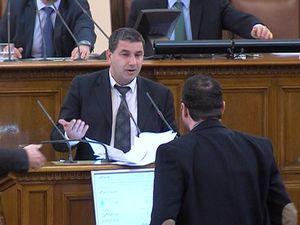 Чуколов нападна Байрактаров на парламентарната трибуна
