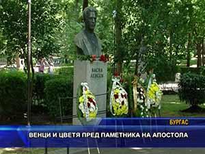 Венци и цветя пред паметника на Апостола