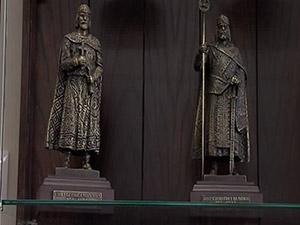 Бронзови фигурки на българските владетели в помощ на бургаските ученици