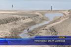 Туристи бягат от Бургаския плаж